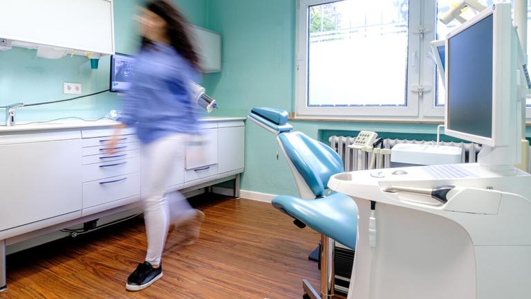 Zahnarzt-Meerbusch-Nazer-Behandlungszimmer