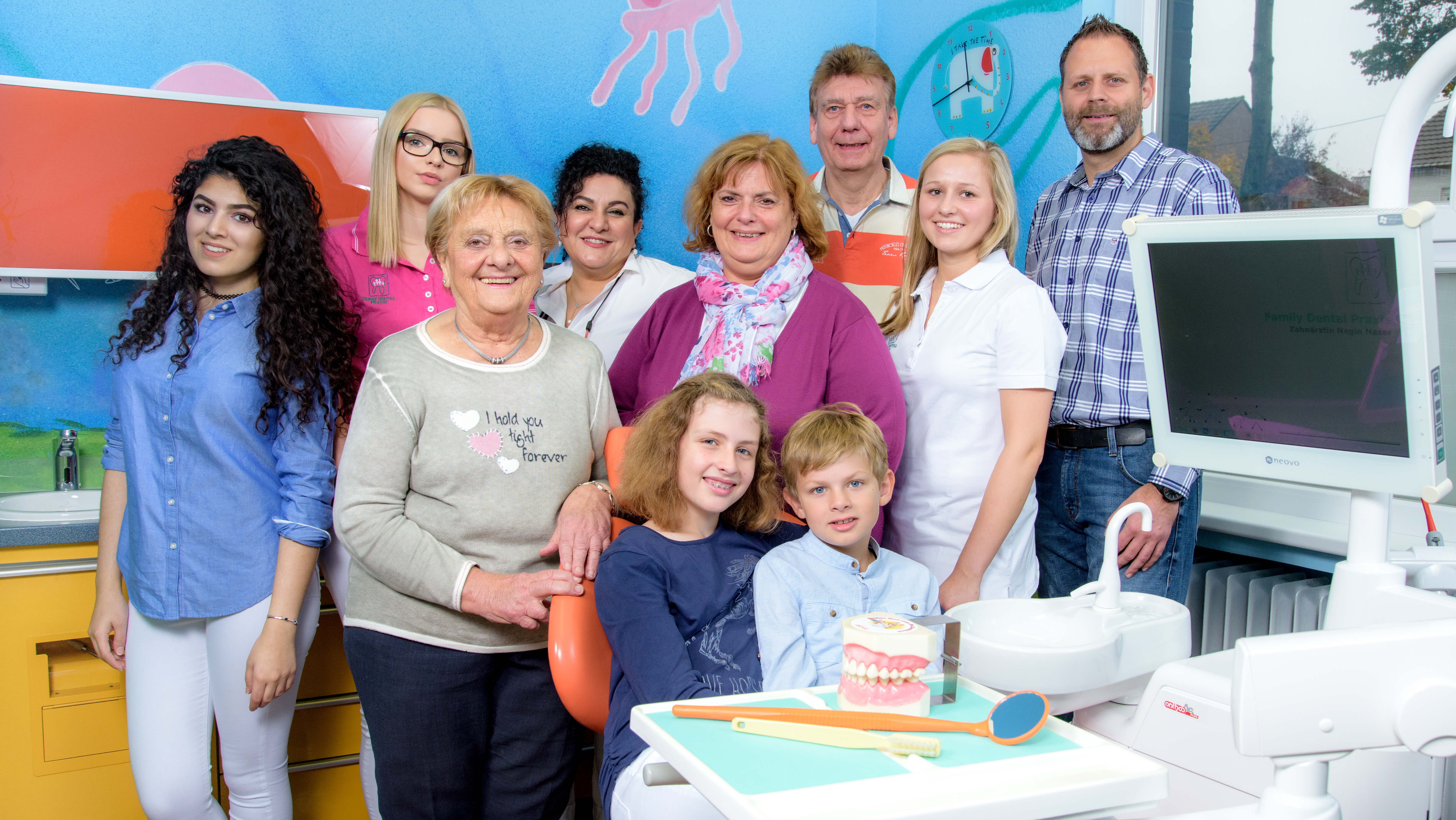 Zahnarzt Meerbusch, Praxis Negin Nazer, Teamfoto mit Patienten