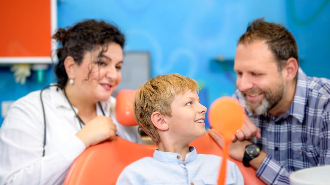 Zahnarzt Meerbusch, Praxis Negin Nazer, Kind im Behandlungszimmer