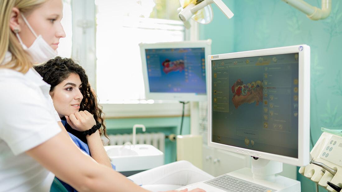 Zahnarzt Meerbusch, Praxis Negin Nazer, am PC