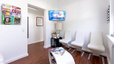 Zahnarzt Meerbusch - Nazer - das Wartezimmer unserer Praxis bietet TV und Lesematerial