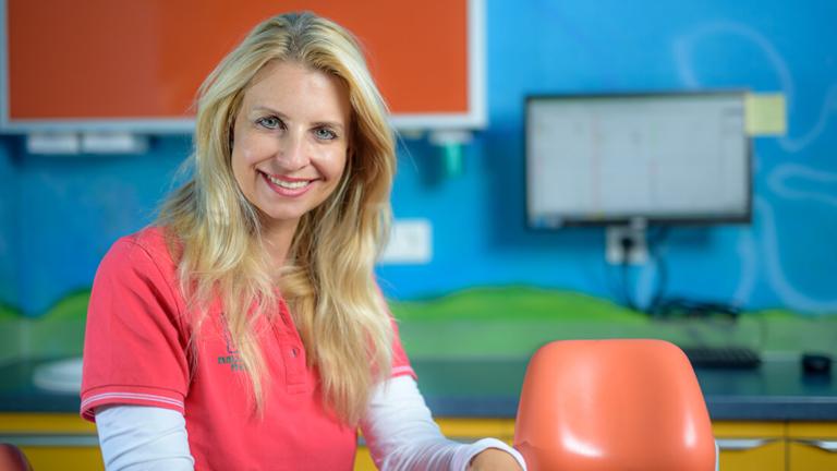 Zahnarzt Meerbusch, das Team: Mitarbeiterin Lisa Kassner in einem Behandlungszimmer