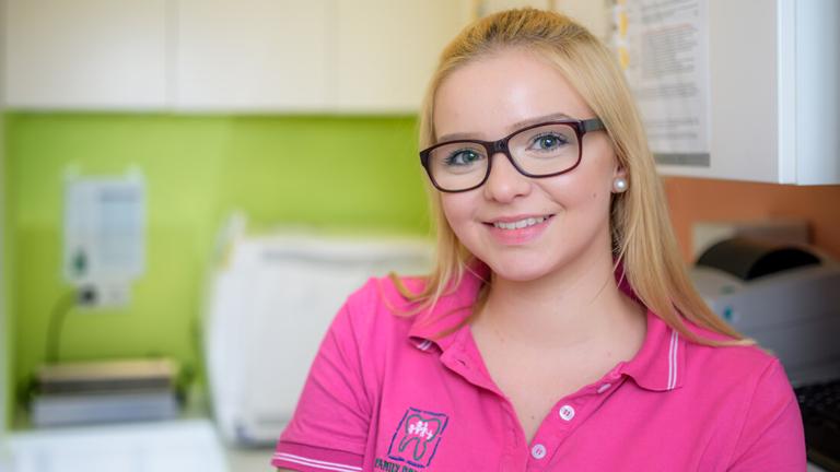 Zahnarzt-Meerbusch-Nazer-Team-Lisa-Nohr