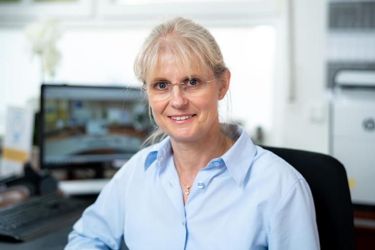 Zahnarzt Meerbusch, das Team: Mitarbeiterin Kathrin Reuß an der Rezeption