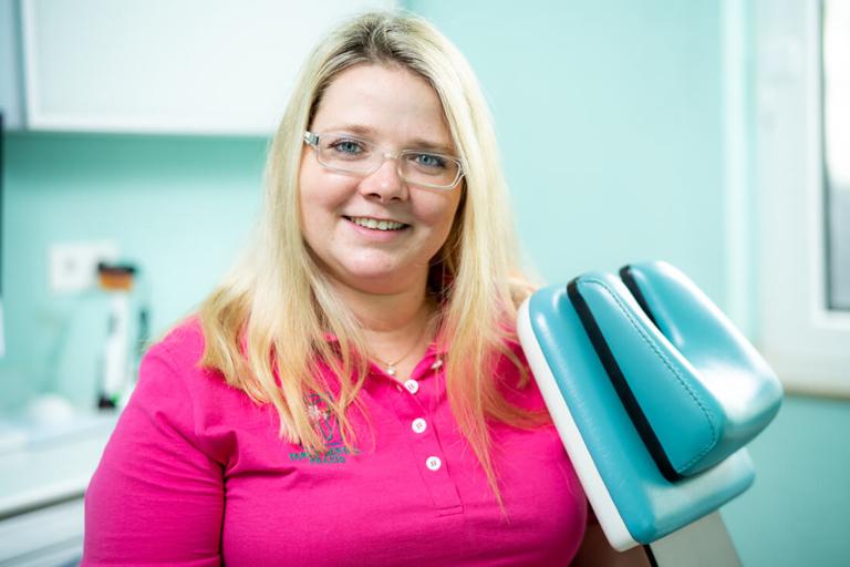 Zahnarzt Meerbusch, das Team: Mitarbeiterin am PC