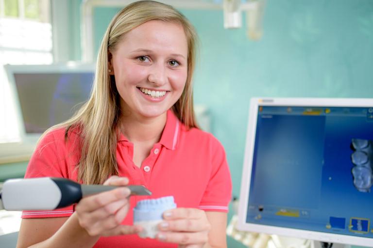 Zahnarzt Meerbusch, das Team: Mitarbeiterin im Behandlungszimmer